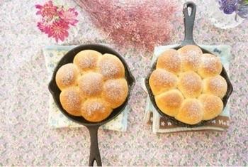 ニトリの大人気スキレット「ニトスキ」を使って作るちぎりパンレシピ。焼きたてふわふわパンを、そのまま食卓に並べればお子さんたちも大喜び!