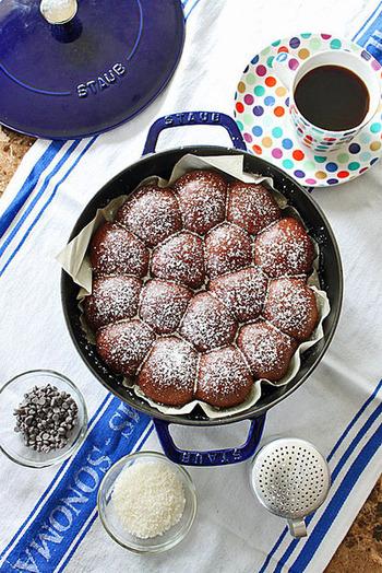 ココア風味の生地に、チョコレートが入ったちぎりパン。時間のある休日の、朝食に作りたいレシピです。