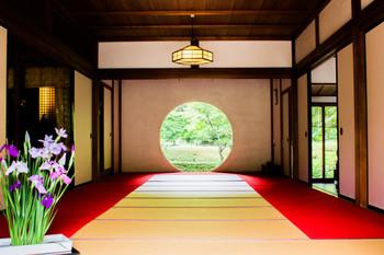 美しい丸窓からの借景が美しい明月院の丸窓。