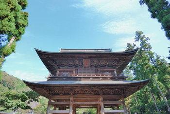 円覚寺といえば急で長い階段を上っていかなければなりませんが、高い場所にあることがこのお寺の最大の特徴です。