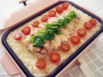 鶏モモ肉がのった迫力満点のシンガポールライス。ホットプレートを使えば、簡単に本格的なアジアンフードが作れます。トマトを添えれば、彩りも華やかに!
