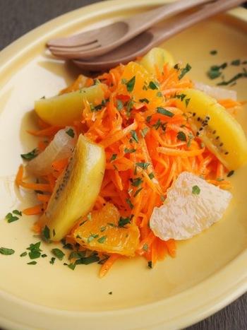 こちらは千切りしたニンジンに、オレンジやグレープフルーツなどのフルーツを合わせたフルーツサラダ。ドレッシングには、いま健康的で美肌効果があると話題の亜麻仁油を使用しています。良質なオイルをかけて楽しめるのもフルーツサラダのいいところですね。