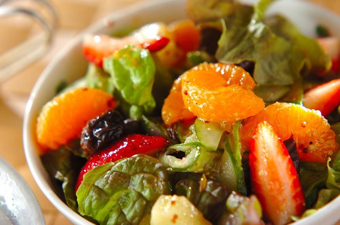 まずは、野菜も果物ももりもり食べられるレシピからご紹介します。こちらは、野菜はレタスやキュウリ、フルーツはイチゴやみかんを合わせて、レモン汁やマスタードなどをブレンドした特製ドレッシングで和えたフルーツサラダです。レーズンも入って、彩りも栄養もばっちりのフルーツサラダです。