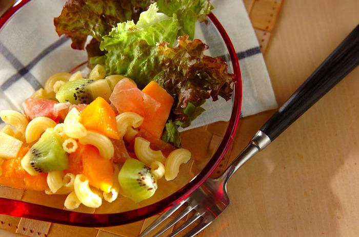 マンゴーやキウイ、レタスを合わせたフルーツサラダに、マカロニや生ハムを加えてボリュームアップ。生ハムの塩気が合わさるのもとっても美味しそうですね。