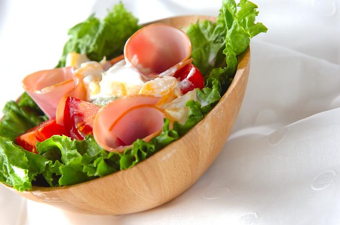 こちらはフルーツであるハッサクを、ヨーグルトや粉チーズといっしょにドレッシングの中にいれて、アボカドやトマトなどの野菜にかけたサラダです。いろんなフルーツをヨーグルトと合わせてドレッシングにするのもアイディアですね♪