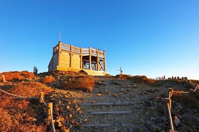 大台ケ原山の山頂には、日出ヶ岳展望台があります。山頂まで辿りついたら、ぜひ、熊野灘まで見渡せる展望台に登ってみましょう。