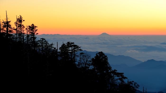 空気が澄んだ晴天の日には、日出ヶ岳展望台から富士山までをも見渡すことができます。大台ケ原の豊かな自然を象徴する樹々のシルエット、果てしなく続く雲海、雲海から顔を出す日本最高峰の富士山が融和した景色は、まるで浮世絵のような素晴らしさです。