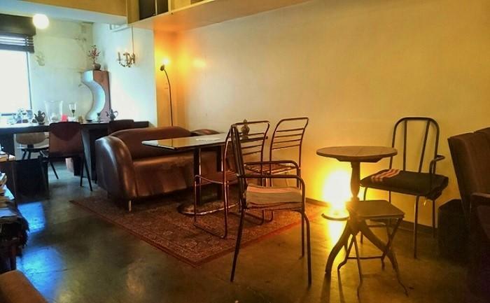 ほっとくつろげる間接照明が優しい。身を沈めてリラックスできるソファは人気高し。
