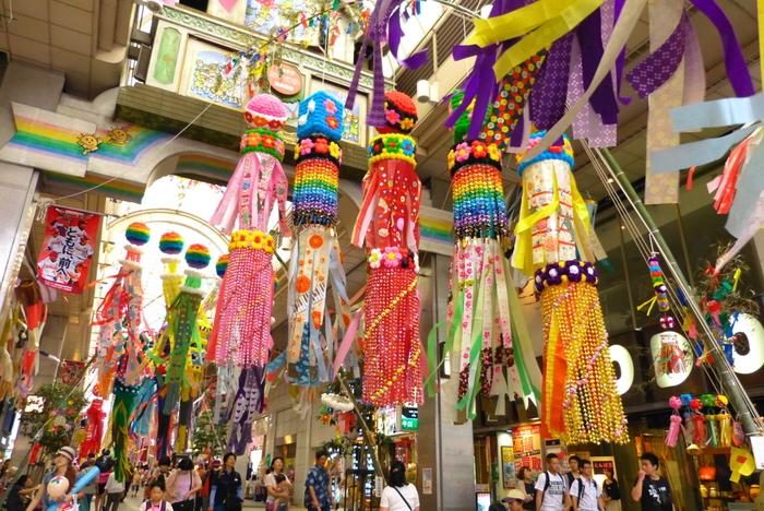 七夕と言えば7月7日を思い浮かべますよね。仙台七夕まつりは本来、旧暦の7月7日に開催されていました。しかしその季節感を出すために、新暦に1ヵ月を足した中暦、現在の8月6日から8日に毎年開催されるようになったのです。  七夕まつりの期間中は、仙台市内中心部や周辺商店街など仙台の街中が彩り豊かで華やかな七夕飾りで埋め尽くされ多くの見物客で賑わいます。