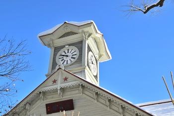 """札幌駅から徒歩10分ほどの所に「札幌時計台」があります。1881年に建築されて、国の重要文化財にも指定された伝統のある建物で、毎正午に時間の数だけ奏でられる鐘の音は日本の""""音風景100選""""にも選ばれました。音色はどこか懐かしさを感じさせる趣きのある鐘の音です♪"""