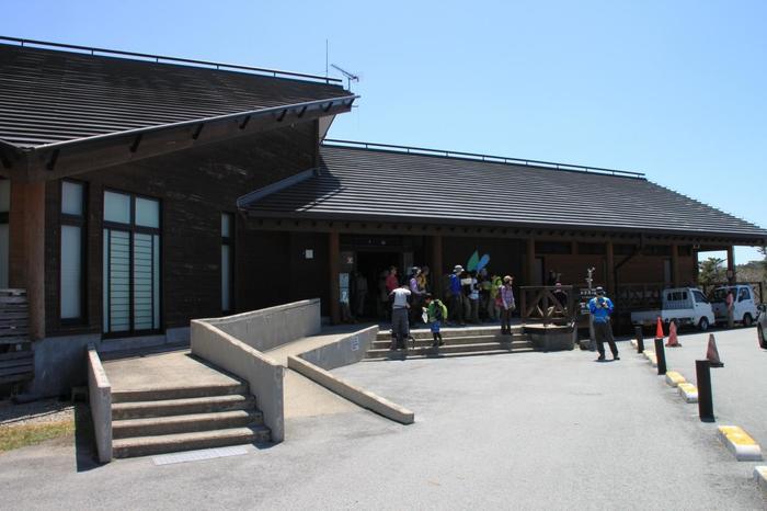 駐車場に隣接する大台ケ原ビジターセンターでは、大台ケ原の見どころなどが紹介されています。ハイキング前に立ち寄って、見どころを確認しておきましょう。