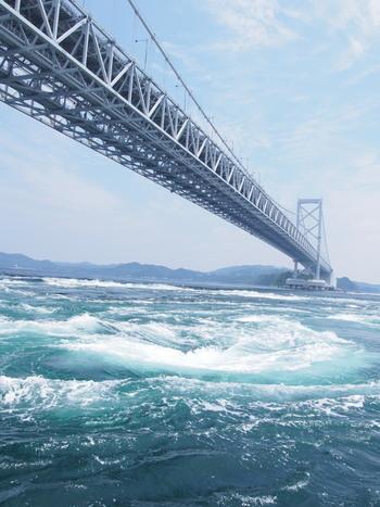 徳島県の鳴門市にイタリアの「メッシーナ海峡」とカナダの「セイモア海峡」と並んで世界三大潮流と言われる竜巻のような形をした巨大でダイナミックな轟音を感じられる「鳴門の渦潮(うずしお)」があります。