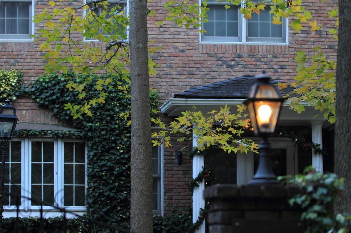「葉祥明 美術館」は小さな水路沿いにある洋館。古都鎌倉のイメージからここだけ別な空間に来たかのようです。イタリア・ボローニャ国際児童図書展グラフィック賞を受賞したメルヘン画家・風景画家の葉祥明の作品が展示されています。実際に家族が住んでいた洋館を改装し「一冊の美しい絵本」と言われるほどおしゃれな場所です。美術館と素敵なお屋敷の両方の魅力を併せ持つスポットです。