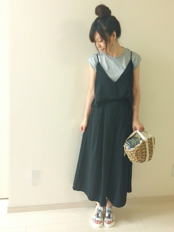 黒のキャミソール&スカートを合わせてワンピース風に。タックインするとボリュームが抑えられてスッキリ見えます。小さめかごバッグでバランスよく。