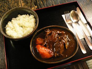 こちらが人気のビーフシチュー。じっくり煮込まれたやわらかい牛肉、お肉や野菜のエキスが溶け出したシチューは絶品です!