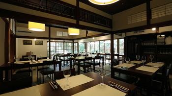古民家をリノベーションし、シックで落ち着いた店内の「航 北鎌倉」。デートや、ご両親との食事にもおすすめです。