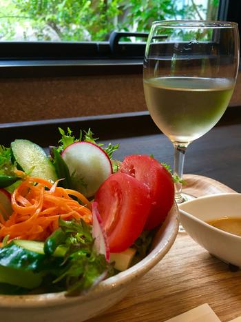 ひ路花はワインと甘味処が一つになったお店です。ワインバーでは国産ワインと鎌倉野菜が、甘味処では定番の白玉あんみつを始め、白玉フォンデュなどの個性的なスイーツを楽しむことができます。