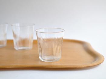 現代的なデザインと、雰囲気のあるガラスの質感が素敵なタンブラー。シンプルな美しさが、飲み物を引き立ててくれますね。