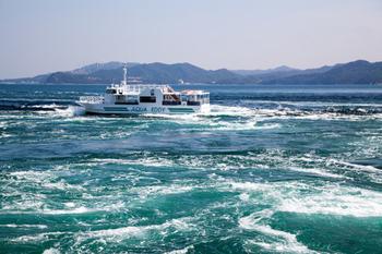 鳴門駅からバスに20分ほど乗った鳴門観光港で降りると壮大に広がる大鳴門橋を見渡す事が出来て、大迫力の渦潮を感じられます。観覧船から眺めるのがおすすめですで、見頃の時期は大潮時期の春と秋なので観光するのにピッタリのシーズンですね♪