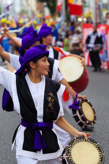 """日本には様々な踊りがありますが、その中でも沖縄の盆踊り「エイサー」は""""日本の音風景100選""""に選ばれた伝統芸能です。先祖の供養のために三味線と太鼓を鳴らしながら代々受け継がれてきたスタイルで街中を踊って回ります。そんな中でも「沖縄全島エイサーまつり」は島内でも最大規模のフェスティバルです。"""