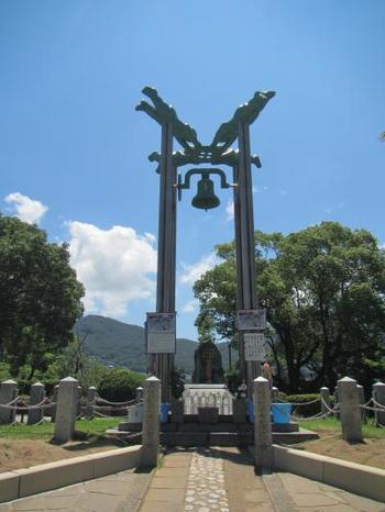 公園内は、平和祈念像や写真の「長崎の鐘」がある「願いのゾーン」、爆心地に近い「祈りのゾーン」、原爆資料館のある「学びのゾーン」などに分かれています。静かな気持ちで、平和に思いを馳せてみては。