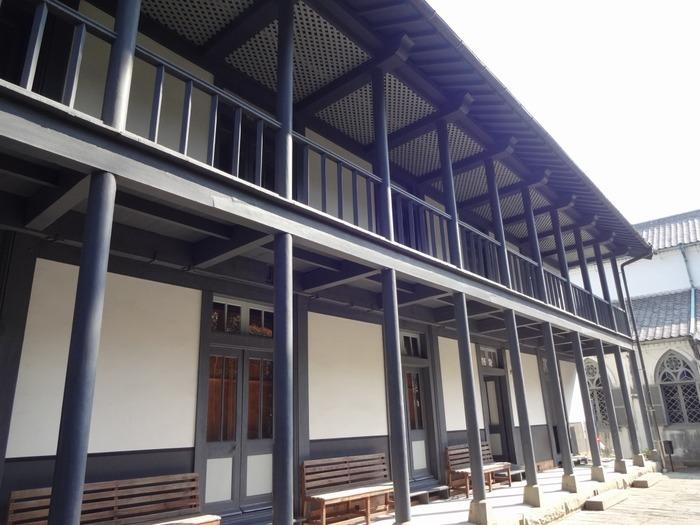 敷地内には、天主堂の他に、「旧羅典神学校(写真)」「旧大司教館」「伝道学校(司祭館)」という関連施設があります。