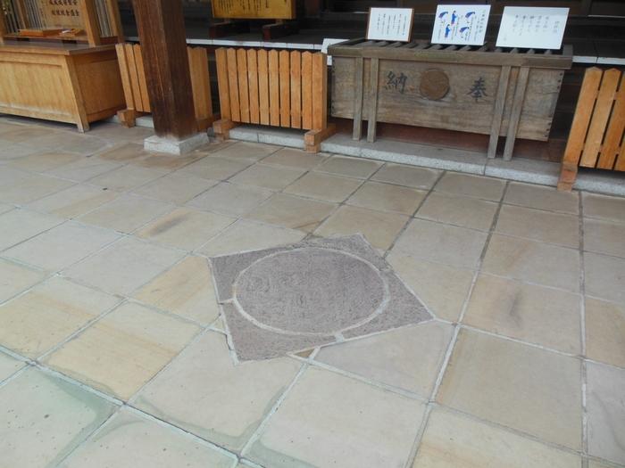 諏訪神社は、縁結びの神社としても知られています。参道と拝殿前に「縁結びの陰陽石」が埋め込まれており、これらを踏むと縁結びの願い事が叶うといわれています。