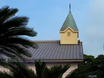 隠れキリシタンの多かった島内には、古い教会が点在しています。こちらの写真は貝津(かいつ)教会です。木造で、和風の建築様式が取り入れられています。  ※教会は観光地ではなく信仰の場です。マナーを守り、信徒の方への配慮を持って静かに見学するようにしましょう。