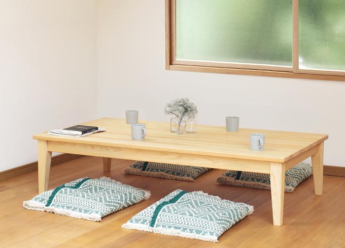 低いダイニングテーブルはほっと落ち着く安らぎの場に。「食事がしやすいように」と、テーブルの高さにもこだわっています。