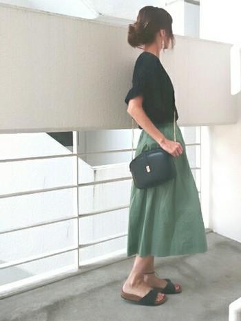 ひざ下丈で自然なAラインが出るコットンミディスカート。ナチュラルな風合いで夏のお出かけに活躍しそう。
