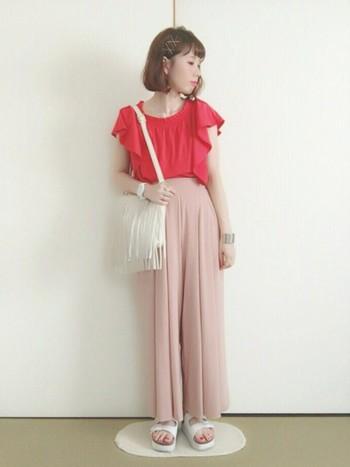 ピンク&赤の晴れた夏の日にぴったりなコーデ☆白いフリンジバッグとコンフォートシューズを合わせると、さわやかに仕上がりますね。