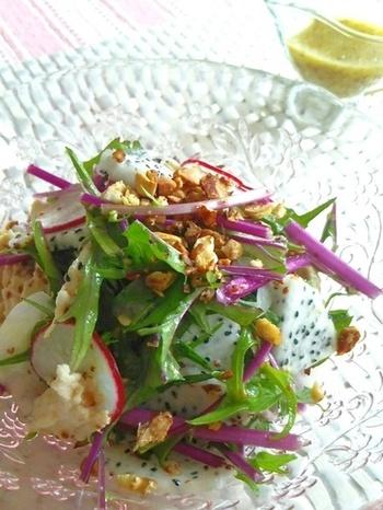 蒸した鶏肉と合わせてさっぱりしたおいしさ。ドラゴンフルーツのツブツブとマスタードのプチプチで、食感も楽しいサラダです。