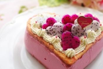 くせのないドラゴンフルーツは、ババロアにもぴったり。ピンクの色が鮮やかなので、デコレーションもかわいくこだわりましょう。