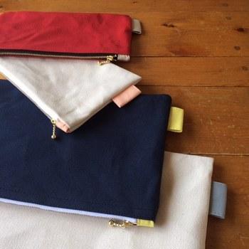 国産のパラフィン加工9号帆布を使用したポーチです。サイズはS/M/Lにて展開中。絶妙な配色がかわいいですね♪