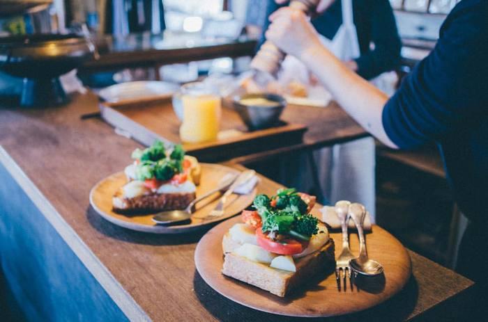 店内にはカフェを併設。自家製パンと、地元の野菜やお庭で取れた新鮮な野菜をふんだんに使ったパンプレートは、日によって種類が変わるので何度訪れても楽しめます。また、石釜焼きプリンなどおいしいスイーツも。のんびりと景色を眺めながら、長野の恵みを味わうことができます。