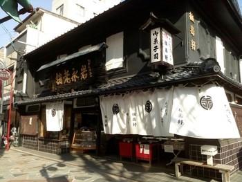 有名な観光スポット「眼鏡橋」の近くにあるカステラ屋さん「岩永梅寿軒」は、長崎市民にも評判の名店。