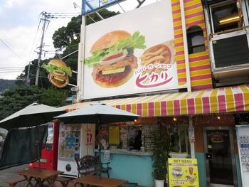 佐世保バーガーの名店「ハンバーガーショップ ヒカリ」は、1951(昭和26)年創業の老舗。佐世保中央インターチェンジそばの本店(写真)と、JR佐世保駅近くの五番街店があります。