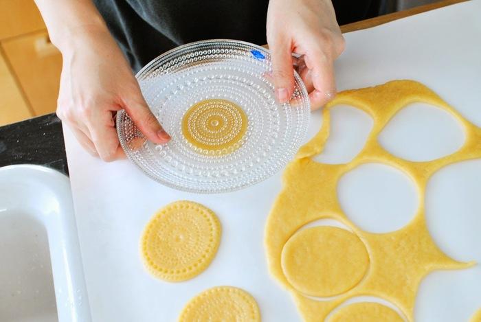 サルミアッキDIY部では、色々なものを作っているようです。こちらは、オイバ・トイッカの「カステヘルミ」を使って、自由な発想で型抜きクッキーを作っています。ちょっとした工夫で、楽しいお菓子作りも楽しいですよね。