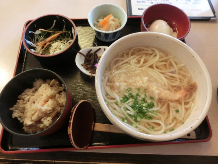 五島うどんも長崎名物のひとつ。長崎市内で食べられるお店「つきみ亭」をご紹介します。細めで喉越しのよい麺には、ほどよいコシがあります。あごだしベースのあっさりとしたおつゆも麺と合っていて美味しいです。