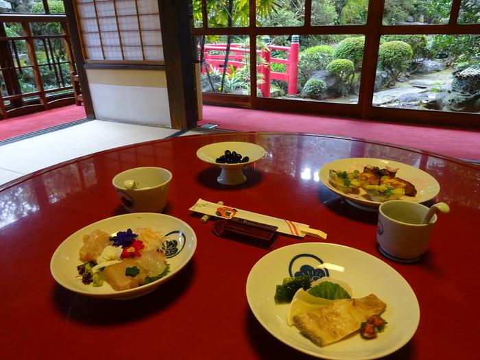 卓袱は、円卓を囲んで料理を取り、杯を酌み交わし、堅苦しい形式にとらわれず会話を楽しむ料理です。料理は、和食・中華・洋食の要素がミックスされたもの。古くから海外に開かれてきた、長崎ならではの料理ですね。