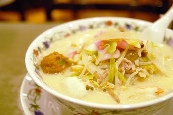 たっぷりの具と、魚介の旨味のある濃厚な口当たりのスープ。写真の特上ちゃんぽんには、フカヒレや肉団子がトッピングされています。もちろん、皿うどんなど他の中華メニューも充実しています。
