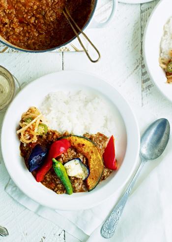 夏の辛い料理と言ったらカレーは外せません!ローストした夏野菜をたっぷりのせたキーマカレーは、カラフルな色合いとスパイスの香りで食欲をそそる一皿。