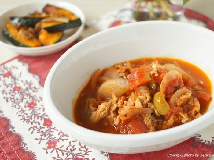 生姜とにんにくをプラスした、風味豊かなトマト煮込み。体を温めながらスタミナもつきそう!食材を炒めて、じっくりコトコト煮込むだけ。お鍋任せで簡単につくれます。