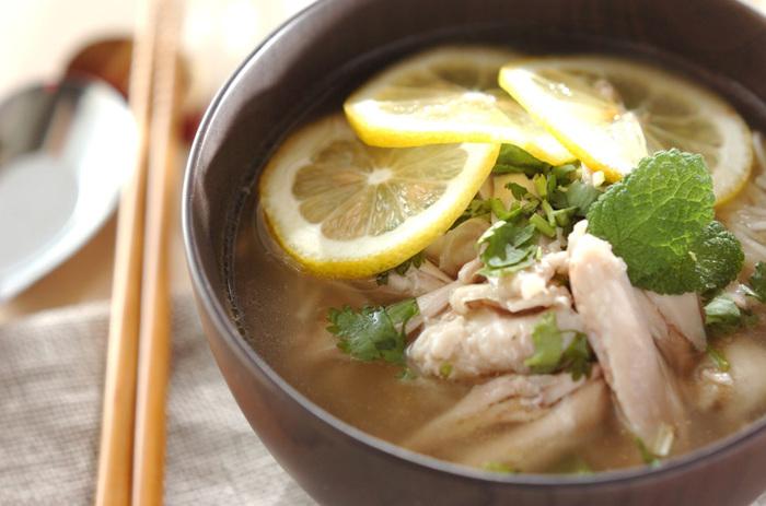 夏場でも取り入れやすい、そうめんを使ったレシピです。スープに体を温める生姜と玉ねぎを使用するのがポイント!鶏からとった出汁の優しい味わいとレモンの酸味で、食欲がない時にも食べやすくなっています。