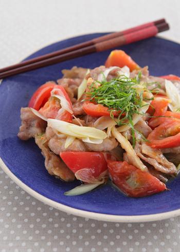 トマトを食べたいなら、「炒める+しょうが」を意識して!生で食べることが多いトマトですが、火を通すことで甘味が増してクセになる味に。生姜効果で体も温まりますよ♪ごま油の豊かな風味も食欲をそそります。