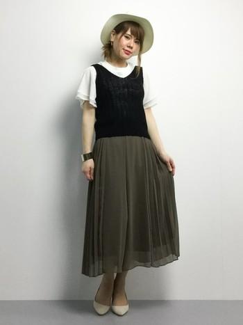 フレアスリーブをよりレディに見せるには、ヒラヒラスカートと合わせるのがオススメ。ふんわりとした袖と、ふんわりとしたスカートがピッタリ合いますね。