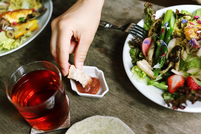 喫茶もやっているわざわざ。この日は地場野菜が美しいサラダプレートに、わざわざのパン2種類が一切れずつ。ルバーブのジャムをつけていただきます