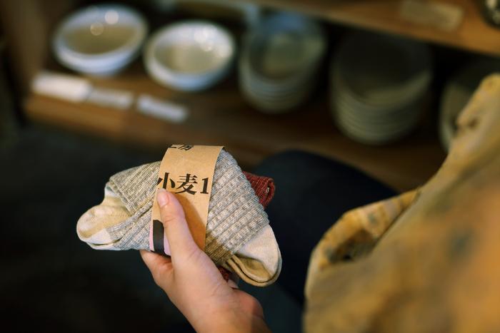 """望む""""普通""""が見つからないときは、オリジナルプロダクトも作ります。こちらは長野の靴下メーカーに頼んで作っているリネンの靴下。デザインも履き心地も妥協なしの一品です"""