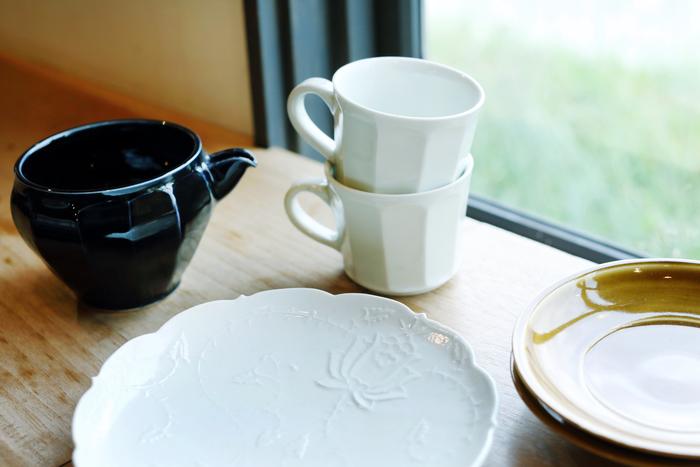 作陶家・阿部春弥さんの器たち。シンプルな白だけでなく、美しい柄や色の器も並びます