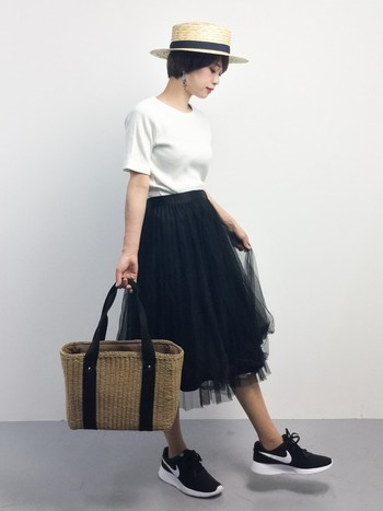 白Tシャツ×チュールスカート×ハット。